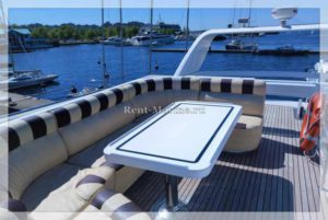 яхта Elegance 65 диван на палубе