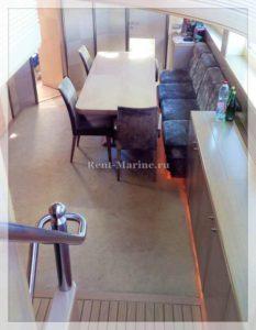 яхта Победа стол в салоне